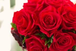 バレンタインデーに女性にバラを
