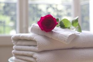 バスタオルとバラの花
