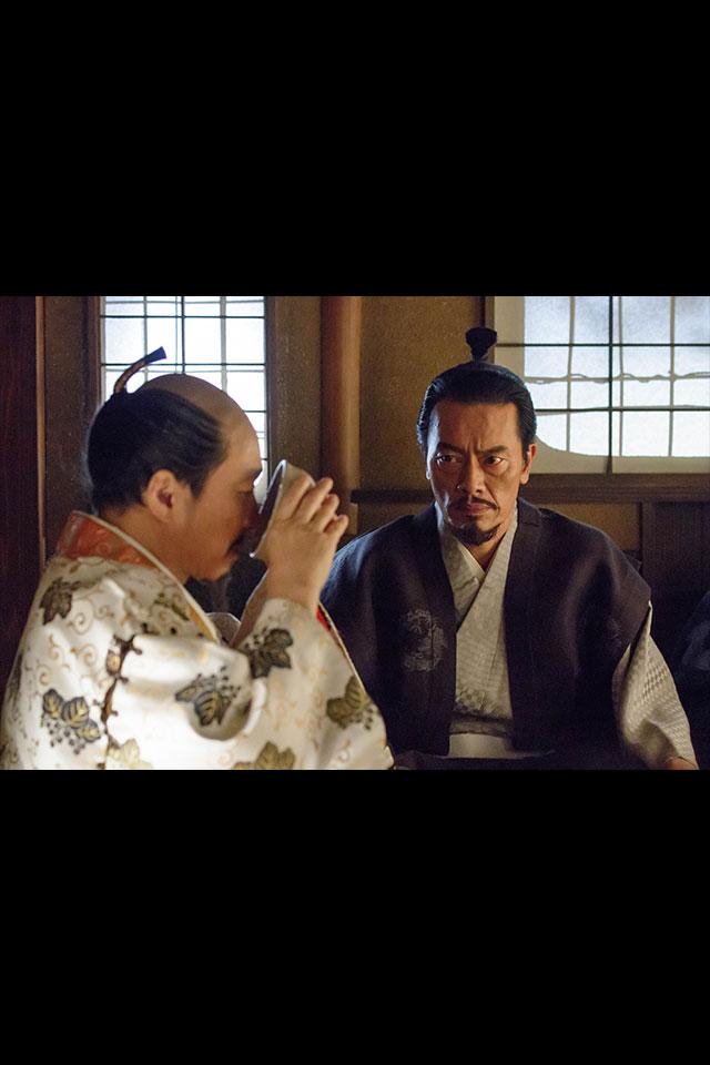 千利休の茶室で茶をたしなむ秀吉、景勝