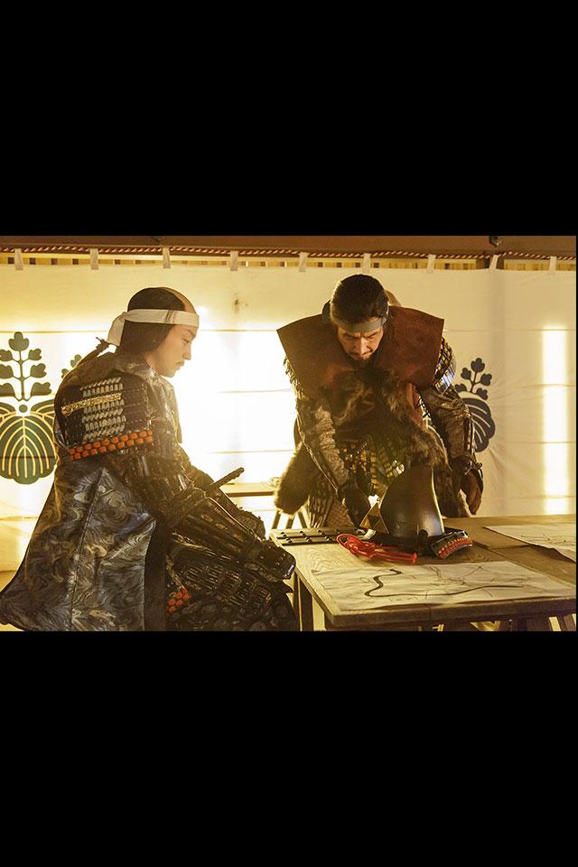 忍城をなかなか落とすことができない石田三成に戦術を説明する真田昌幸